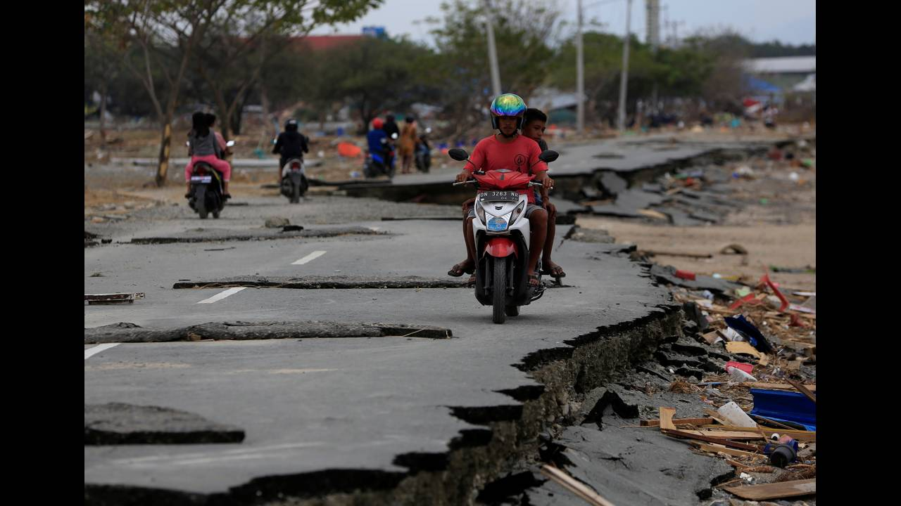 https://cdn.cnngreece.gr/media/news/2018/10/07/149767/photos/snapshot/2018-10-07T053519Z_460975874_RC14503184C0_RTRMADP_3_INDONESIA-QUAKE.JPG