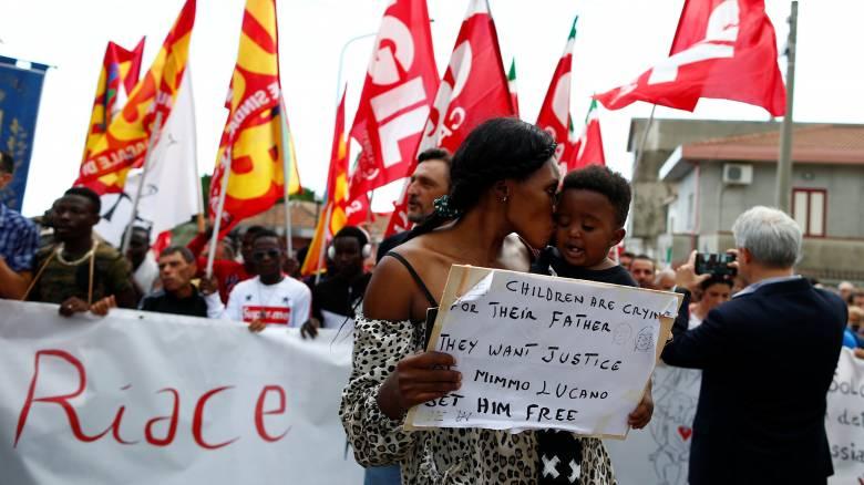 Ιταλία: Οι μετανάστες ενώνονται για να βοηθήσουν τον δήμαρχο που τους έδωσε στέγη