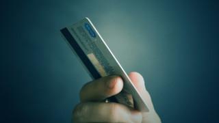 Χρεωστικές κάρτες: Σοβαροί κίνδυνοι πίσω από τις ανέπαφες συναλλαγές