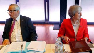 Κορόιδεψε ο Γιούνκερ τη Μέι; Οι χορευτικές φιγούρες που εξόργισαν τους Βρετανούς