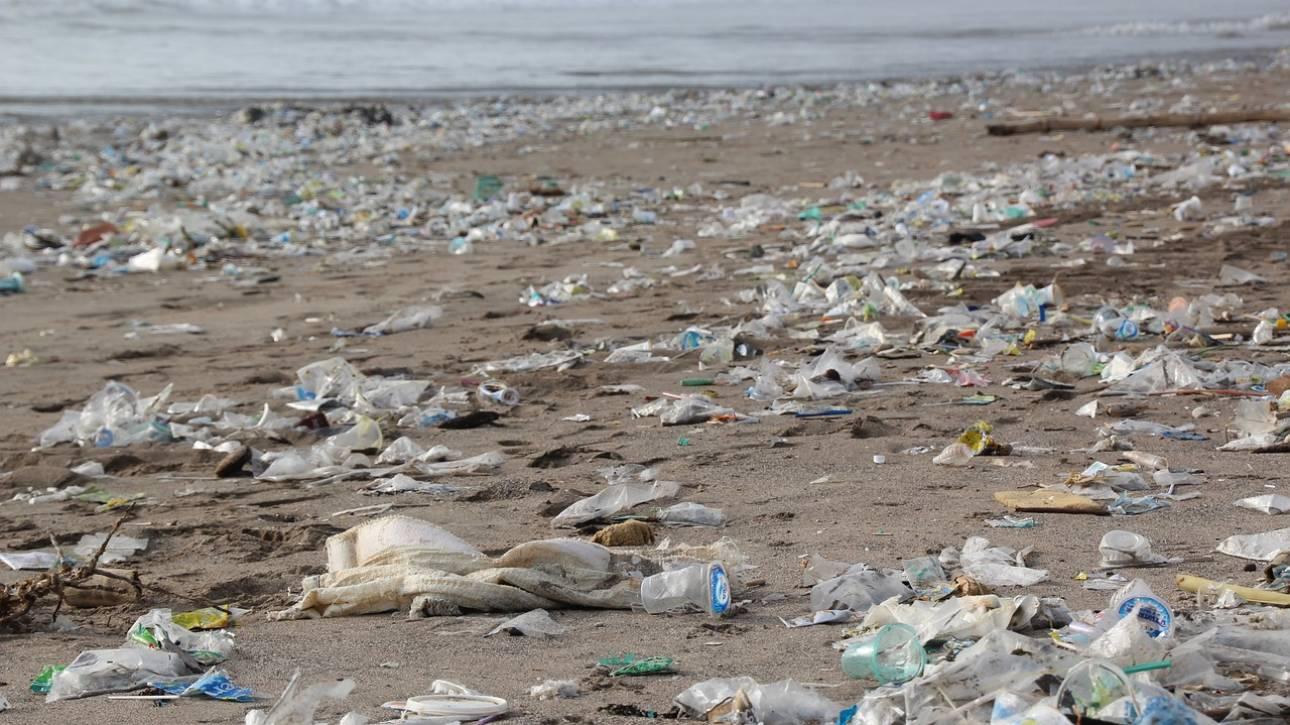 Πλαστικό μπουκάλι ξεβράστηκε σε παραλία μετά από 47 χρόνια και είναι… σαν καινούριο