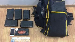 Σύλληψη 25χρονης που έκρυβε 6,5 κιλά κοκαΐνης μέσα σε... αλεξίπτωτο