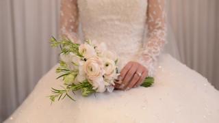 ΗΠΑ: Ντύθηκε νύφη και επισκέφτηκε τον τάφο του νεκρού αρραβωνιαστικού της