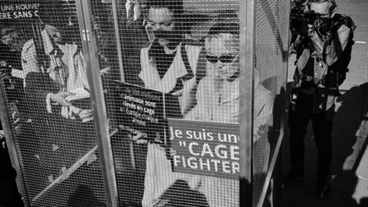 Γιατί η Πάμελα Άντερσον μπήκε σε κλουβί