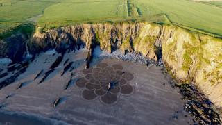 Η ιστορία πίσω από τα μυστήρια έργα τέχνης σε ακτή της Ουαλίας
