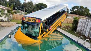 ΗΠΑ: Σχολικό λεωφορείο έπεσε σε πισίνα ενός σπιτιού