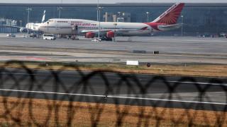 Αεροσκάφος χτύπησε σε τοίχο κατά την απογείωση και οι πιλότοι συνέχισαν την πτήση