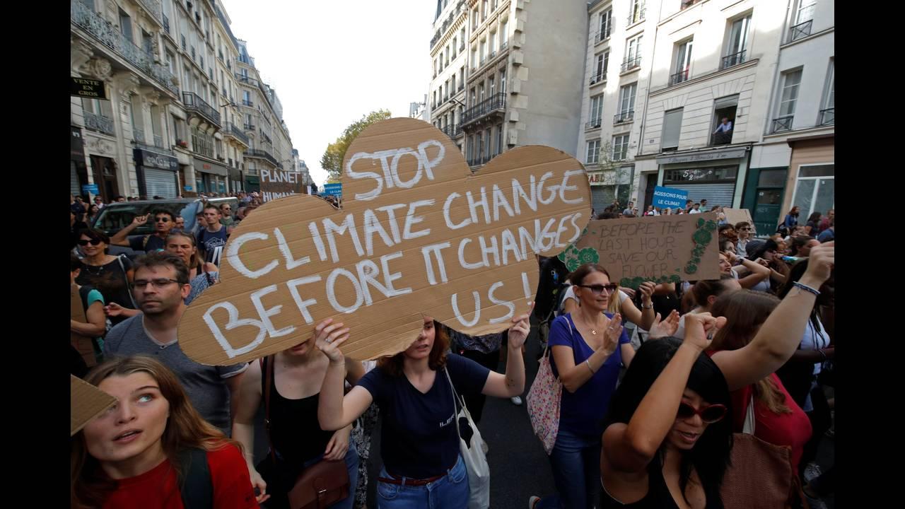 https://cdn.cnngreece.gr/media/news/2018/10/13/150598/photos/snapshot/2018-10-13T143803Z_971399166_RC13138ED830_RTRMADP_3_CLIMATECHANGE-PROTEST-FRANCE.JPG