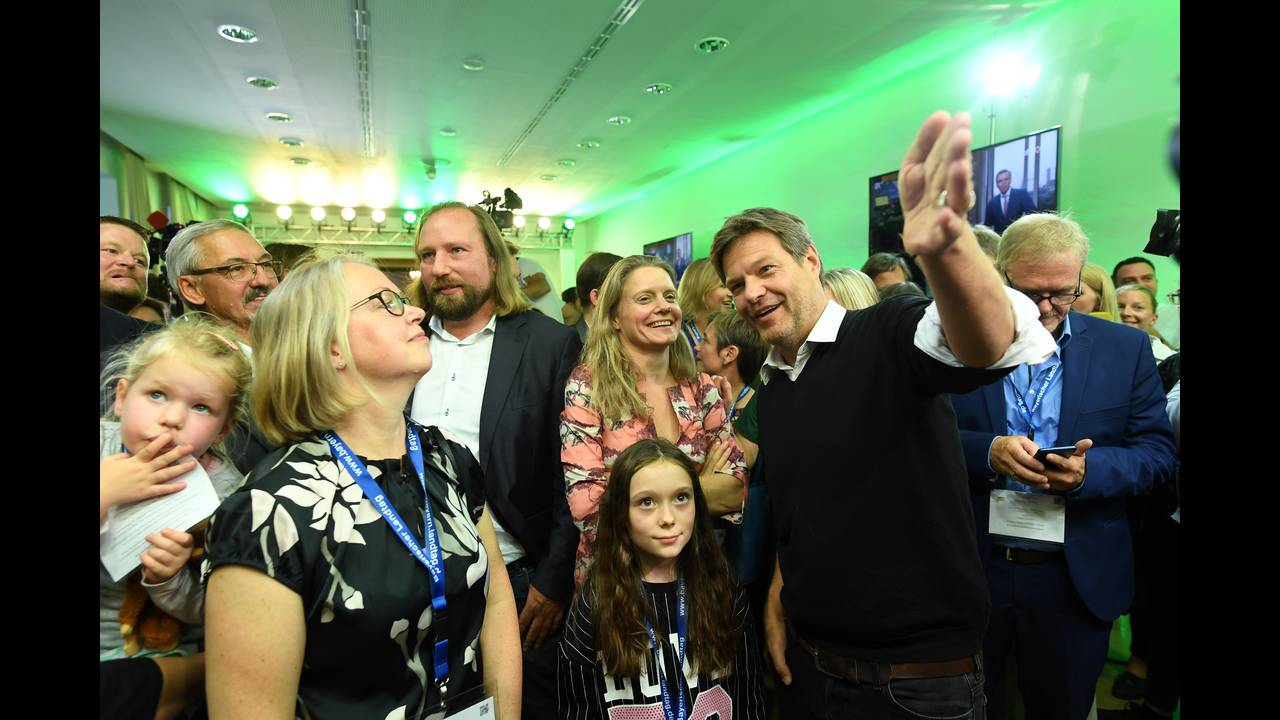 https://cdn.cnngreece.gr/media/news/2018/10/14/150677/photos/snapshot/2018-10-14T161144Z_2064026851_RC137D5C24B0_RTRMADP_3_GERMANY-POLITICS-BAVARIA-REACTIONS.JPG
