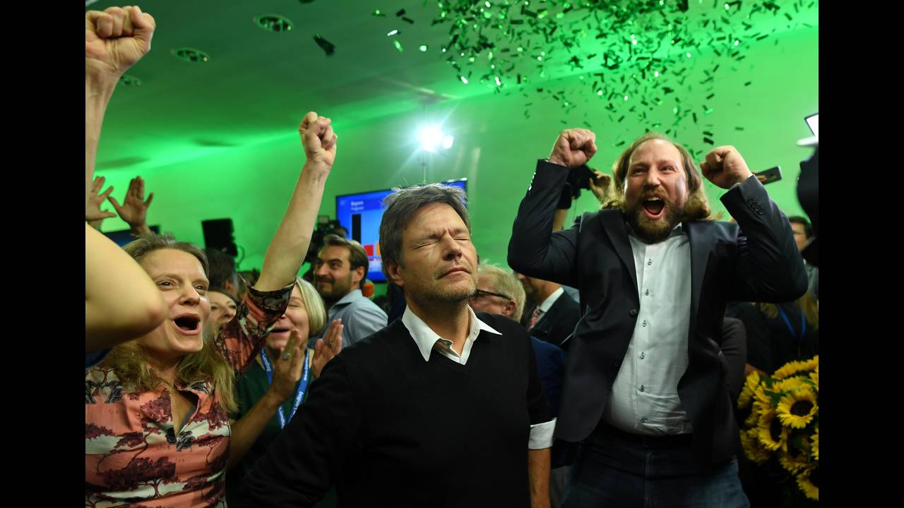 https://cdn.cnngreece.gr/media/news/2018/10/14/150677/photos/snapshot/2018-10-14T163602Z_96003663_RC19BF64D320_RTRMADP_3_GERMANY-POLITICS-BAVARIA-REACTIONS.JPG