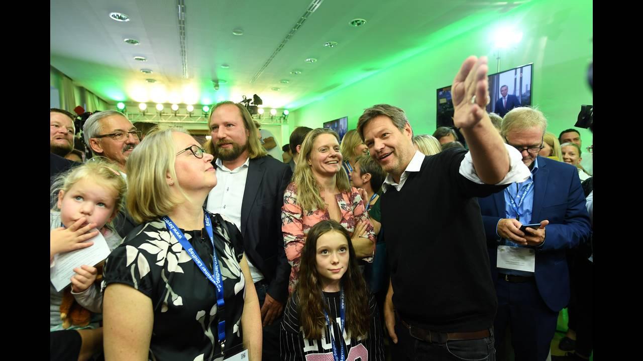 https://cdn.cnngreece.gr/media/news/2018/10/14/150692/photos/snapshot/2018-10-14T161144Z_2064026851_RC137D5C24B0_RTRMADP_3_GERMANY-POLITICS-BAVARIA-REACTIONS.JPG