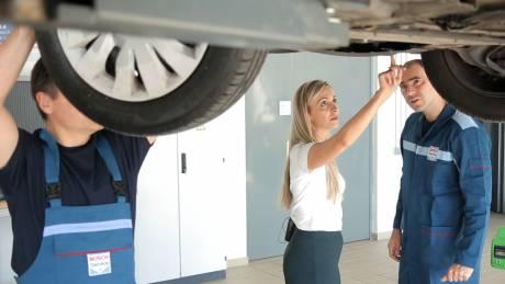 At your service: Πόσα γνωρίζουν οι γυναίκες από… σέρβις αυτοκινήτου;