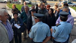 Φωτιά Μάτι: Διαμαρτυρία πυρόπληκτων στο παλιό δημαρχείο Νέας Μάκρης