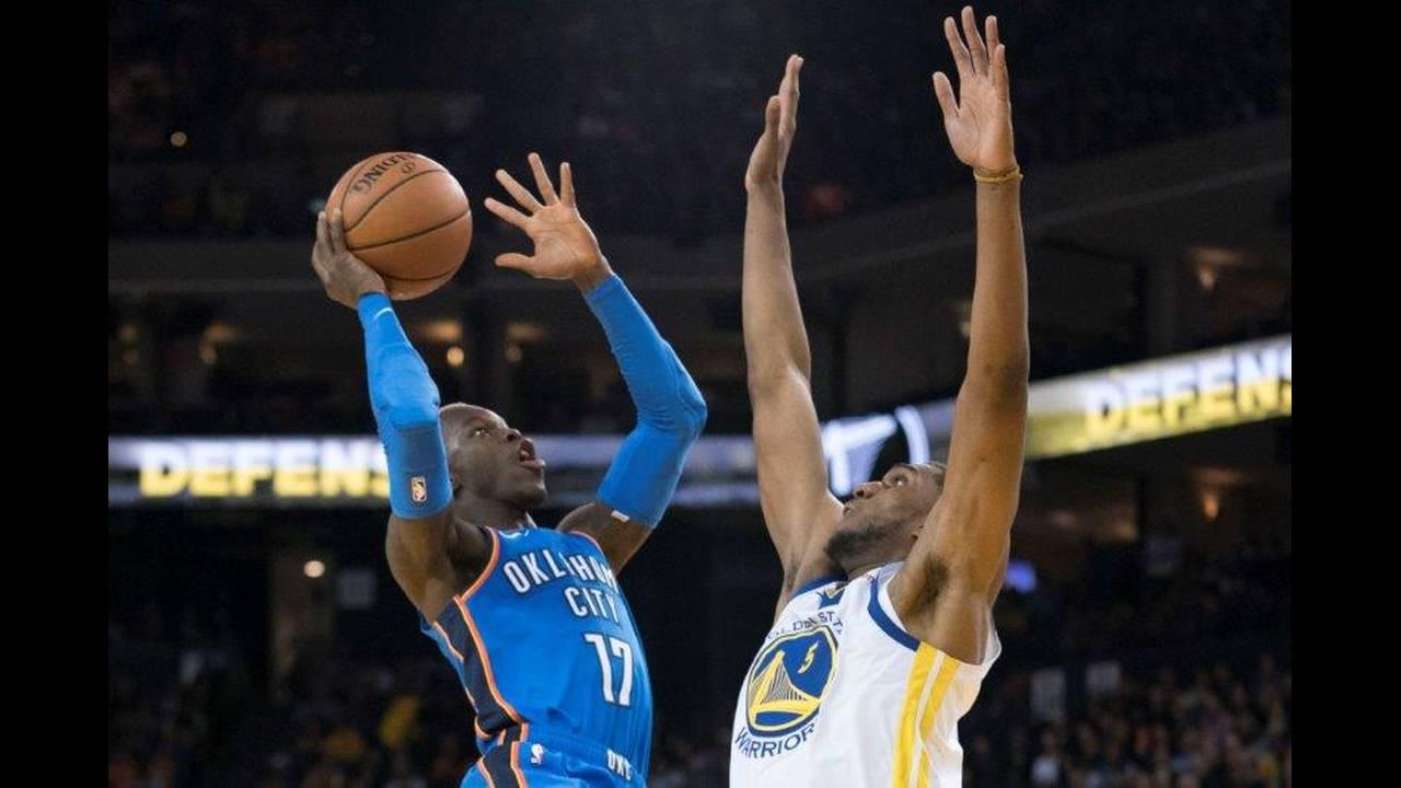 https://cdn.cnngreece.gr/media/news/2018/10/17/151001/photos/snapshot/2018-10-17T061507Z_294948727_NOCID_RTRMADP_3_NBA-OKLAHOMA-CITY-THUNDER-AT-GOLDEN-STATE-WARRIORS.jpg