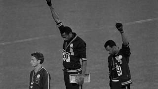 Γροθιά στην ανισότητα: Οι Ολυμπιονίκες Σμιθ & Κάρλος σε ένα διαχρονικό μάθημα κοινωνικού ακτιβισμού