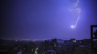 Ο Ορέστης «χτυπά» τη χώρα με βροχές, χαλάζι και πτώση της θερμοκρασίας