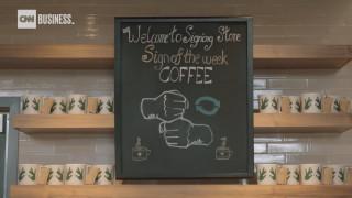 ΗΠΑ: Καφές στη νοηματική – Η πρώτη καφετέρια με εργαζόμενους κωφούς δείχνει το δρόμο
