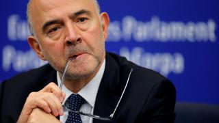 Ιταλός ευρωβουλευτής της ακροδεξιάς Λέγκας πάτησε τις σημειώσεις Μοσκοβισί με το παπούτσι του