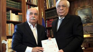 Ο Ν.Βούτσης παρέδωσε στον Π.Παυλόπουλο τους πρώτους 4 τόμους του «Φακέλου της Κύπρου»