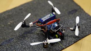 Το FlyCroTug είναι το πρώτο ιπτάμενο ρομπότ που σηκώνει βαριά φορτία και ανοίγει πόρτες