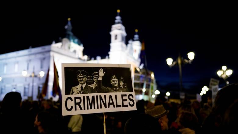 Χιλιάδες διαδηλωτές λένε «όχι» στη μεταφορά των λειψάνων του δικτάτορα Φράνκο