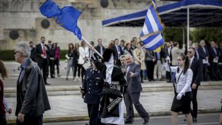 28η Οκτωβρίου: Καρέ-καρέ το μικροεπεισόδιο στη μαθητική παρέλαση της Αθήνας