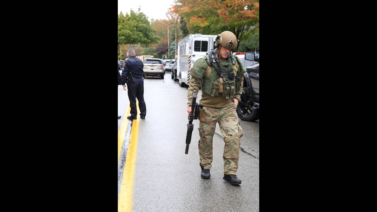 https://cdn.cnngreece.gr/media/news/2018/10/28/152474/photos/snapshot/2018-10-27T162535Z_683129856_RC1F496A0390_RTRMADP_3_PENNSYLVANIA-SHOOTING.JPG