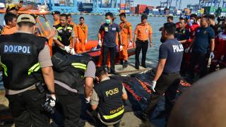 Συντριβή αεροσκάφους στην Ινδονησία: Ανασύρθηκαν οι πρώτες σοροί από τη θάλασσα