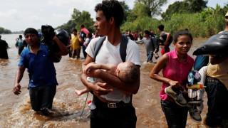 Μετανάστες από την Ονδούρα κολυμπούν μέχρι το Μεξικό - Οι ΗΠΑ στέλνουν στρατιώτες στα σύνορα