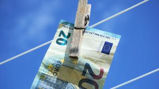 ΑΑΔΕ: Πρόστιμο έως 1 εκατ. ευρώ σε επαγγελματίες που ξεπλένουν χρήμα