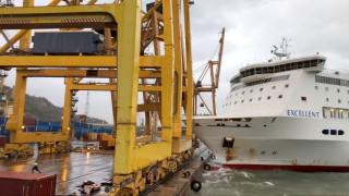 Καράβι προσέκρουσε στο λιμάνι της Βαρκελώνης - Κατέρρευσε γερανός