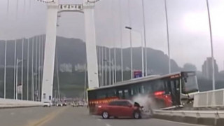Κίνα: Βουτιά θανάτου για λεωφορείο μετά από καυγά επιβάτη με οδηγό, 15 νεκροί