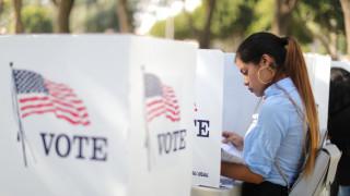 «Μάχη» επιρροής: Τι είναι και γιατί έχουν σημασία οι ενδιάμεσες εκλογές στις ΗΠΑ
