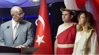 Η πρέσβειρα της Ουγκάντα στην Τουρκία ανακλήθηκε γιατί ντύθηκε «Ωραία Ελένη» σε δεξίωση