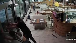 Βίντεο: Κύμα «σαρώνει» εστιατόριο της Γένοβας