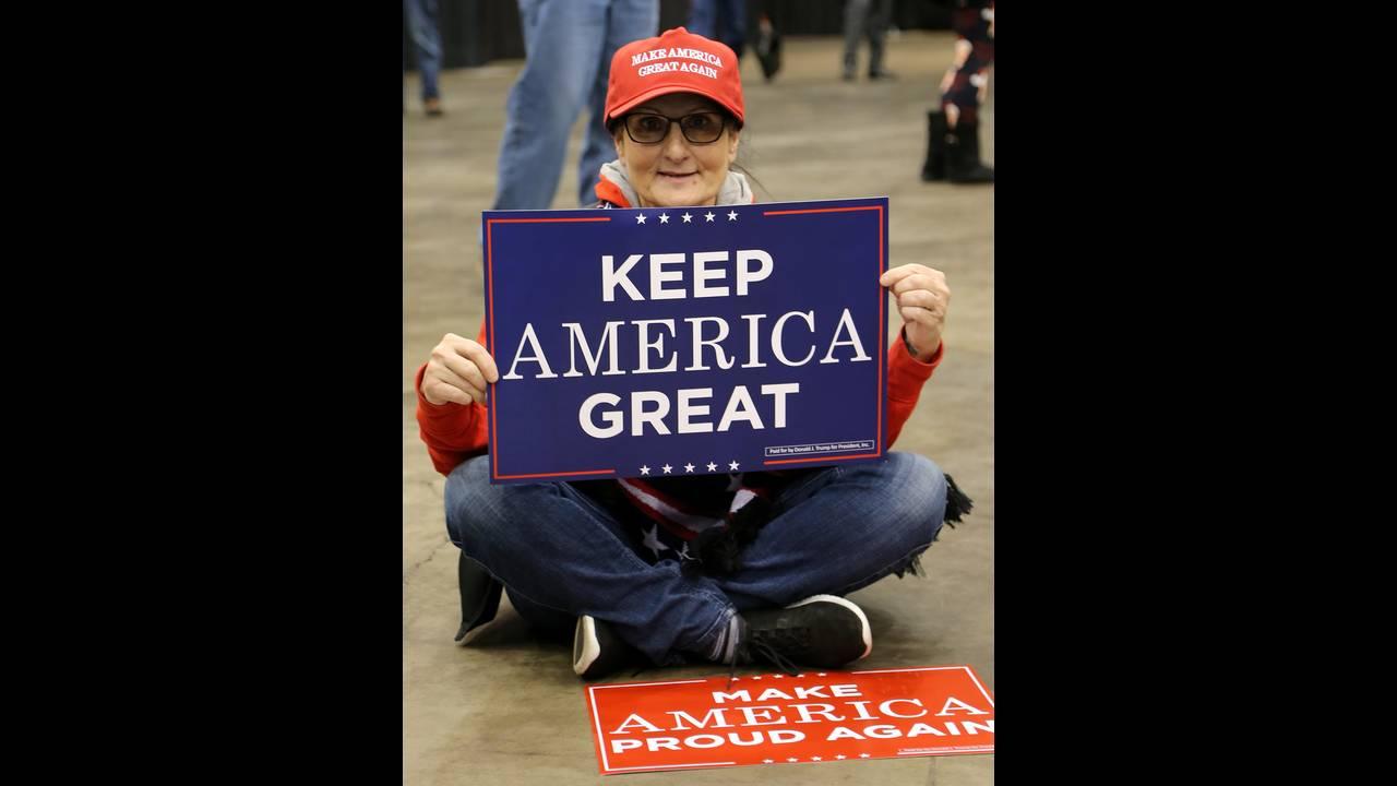 https://cdn.cnngreece.gr/media/news/2018/11/06/153688/photos/snapshot/2018-11-06T010136Z_575199269_RC1166DD2E50_RTRMADP_3_USA-ELECTION-TRUMP-SUPPORTERS.JPG