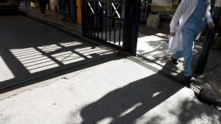 Προφυλακίστηκε ο οφθαλμίατρος που ζητούσε «φακελάκια» για επεμβάσεις