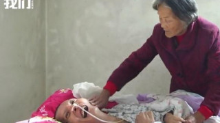 «Ελπίζω να με πει και πάλι μαμά»: Δάκρυα χαράς για ηλικιωμένη που είδε το γιο της να ξυπνά από κώμα