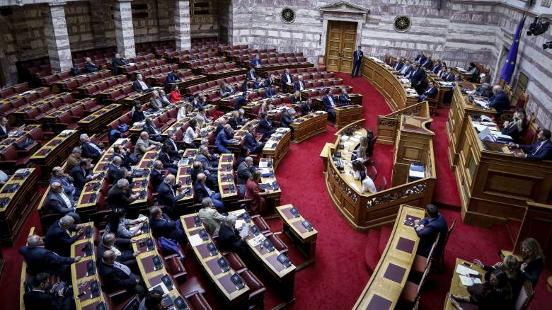 Βουλή: Υπερψηφίστηκε η τροπολογία για τα αναδρομικά των ειδικών μισθολογίων