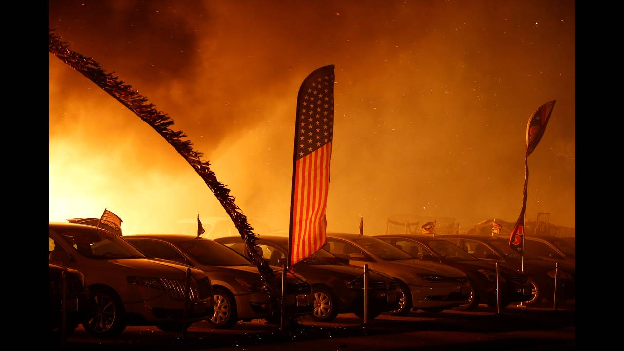 https://cdn.cnngreece.gr/media/news/2018/11/10/154112/photos/snapshot/2018-11-09T054549Z_748405319_RC1FB6AE4B70_RTRMADP_3_CALIFORNIA-WILDFIRES.JPG