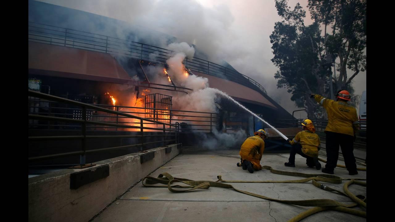 https://cdn.cnngreece.gr/media/news/2018/11/10/154173/photos/snapshot/2018-11-10T071427Z_1679752545_RC1E32D45030_RTRMADP_3_CALIFORNIA-WILDFIRES.JPG