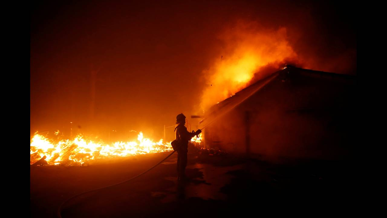 https://cdn.cnngreece.gr/media/news/2018/11/10/154173/photos/snapshot/2018-11-10T080030Z_485141290_RC165D11C8F0_RTRMADP_3_CALIFORNIA-WILDFIRES.JPG