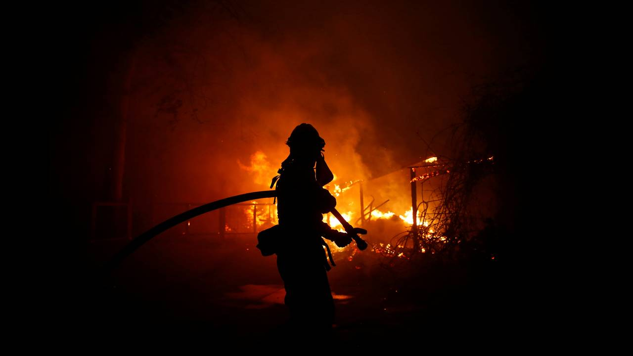 https://cdn.cnngreece.gr/media/news/2018/11/11/154202/photos/snapshot/2018-11-10T080028Z_896937246_RC16AB33A280_RTRMADP_3_CALIFORNIA-WILDFIRES.JPG