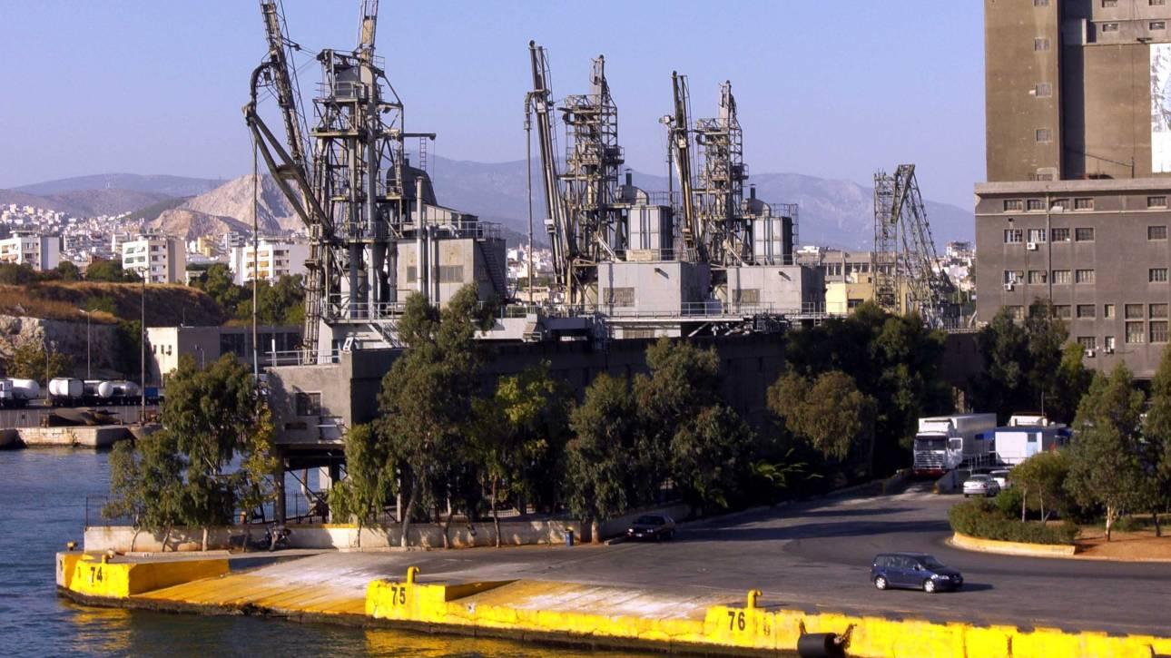 Πειραιάς: Εντοπίστηκαν γκαζάκια, κροτίδες και βενζίνη σε πύλη του λιμανιού