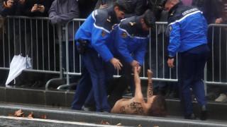 «Υποκρισία»: Γυμνόστηθη ακτιβίστρια έσπασε τον αστυνομικό κλοιό και πλησίασε το αυτοκίνητο του Τραμπ