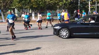 Καταγγελία: Ο Ψινάκης σταμάτησε το Μαραθώνιο για να περάσει με τη λιμουζίνα του