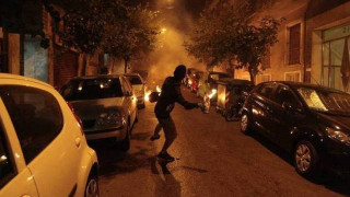 Μπιτόνια με βενζίνη έκλεψαν δέκα κουκουλοφόροι στα Εξάρχεια
