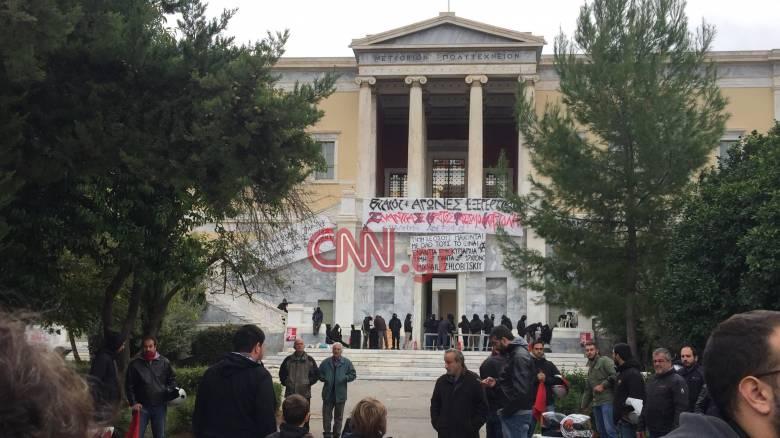 Ένταση έξω από το Πολυτεχνείο-Προπηλάκισαν στελέχη του ΣΥΡΙΖΑ