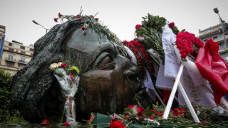 Πλήθος κόσμου αποτίει φόρο τιμής στην εξέγερση της 17ης Νοεμβρίου (pics&vids)