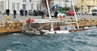 Σκάφος βυθίζεται στο λιμάνι της Καλαμάτας
